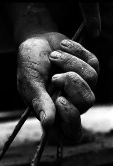 Mão segurando ferro